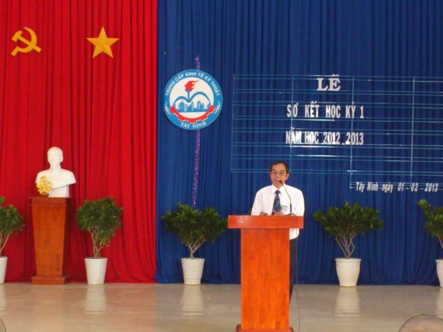 Thầy Trần Quốc Ân - Hiệu trưởng nhà trường phát biểu ý kiến, chúc tết giáo viên, học sinh
